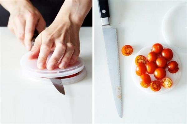 Cà chua bi mà ngồi cắt từng quả, từng quả biết đến khi nào mới xong? Với sự kết hợp ăn ý của 2 chiếc nắp, việc cắt cà chua chưa bao giờ dễ dàng và tiết kiệm thời gian đến thế.