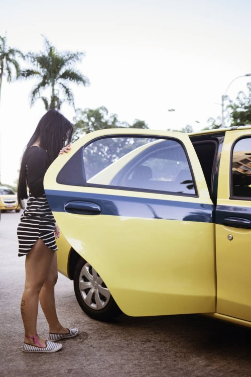 Chiếc taxi chở những cô gái bán hoa đến địa điểm làm việc. (Ảnh: Internet).