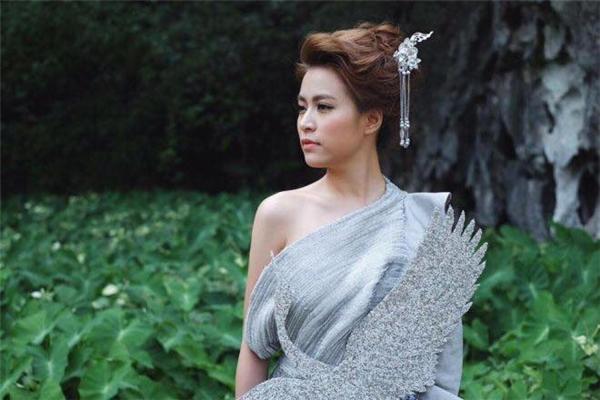 """Loạt váy áo đầy mê hoặc của Hoàng Thùy Linh trong """"Bánh trôi nước"""""""