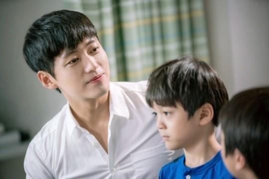 Nam Goong Min đảm nhận vai khách mời nhân văn nhất. Chỉ vài phút xuất hiện, anh đã hoàn thành xuất sắc vai diễn người bố dành tất cả tình yêu thương cho hai cậu con trai và lấy đi không ít nước mắt khán giả.