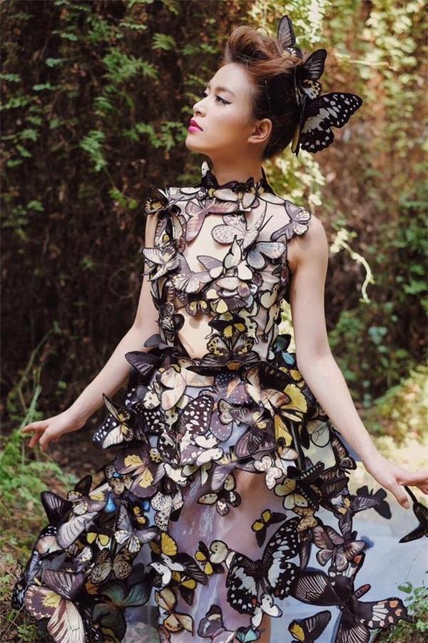 """Thiết kế độc đáo nhất trong MV """"Bánh trôi nước"""" chính là khu vườn bướm mộng mơ được nhà thiết kế Võ Công Khanh đích thân chuẩn bị cho Hoàng Thùy Linh."""