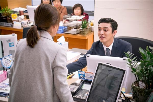 Sự xuất hiện của Yoo Ah In trong vai nhân viên ngân hàng từ chối cho Kang Mo Yeon vay tiền khiến khán giả thích thú không kém. Nam diễn viên thể hiện sự ủng hộ đến với cặp đôi Song - Song cũng là những người bạn thân thiết của anh.