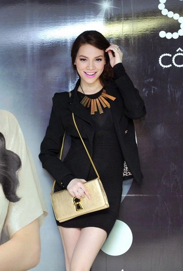 Nữ ca sĩ mặc áo vest và dùng túi xách che khuất đi một phần vòng 2. - Tin sao Viet - Tin tuc sao Viet - Scandal sao Viet - Tin tuc cua Sao - Tin cua Sao