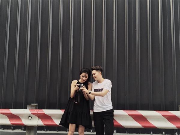 Bắt gặp Nam Cường tươi cười, chụp ảnh thân thiết cùng gái lạ