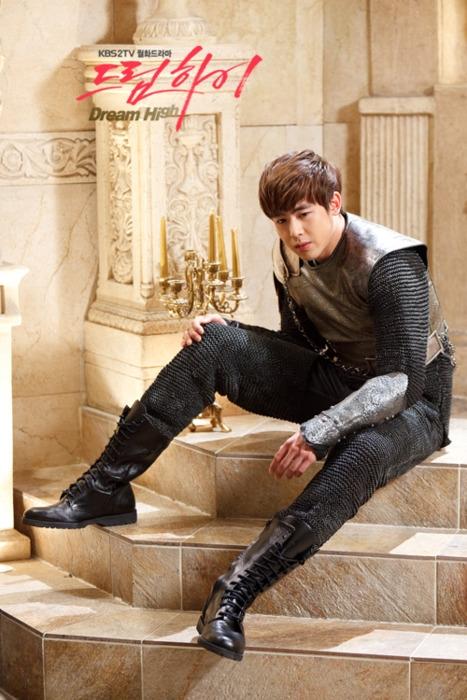"""Để ủng hộ cho các """"huynh đệ đồng môn"""" cùng hoạt động dưới trướng JYP Entertainment, Nichkhun đã tham gia Dream High với tư cách khách mời. Chàng người mẫu điển trai trong hình tượng Romeo dù chỉ lên sóng chớp hoáng nhưng cũng đủ """"đốn tim"""" hàng triệu fan nữ."""