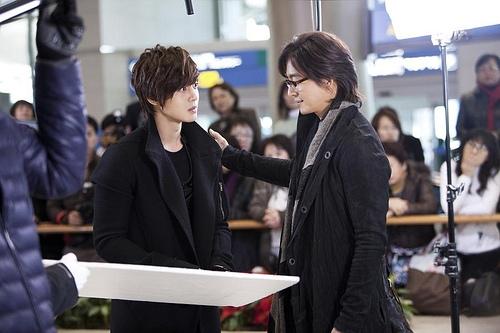 """Chưa hết choáng ngợp, người xem lại tiếp tục """"đổ rạp"""" trước sự xuất hiện của """"ngôi sao"""" Kim Hyun Joong. Thời điểm ấy, anh vẫn đang là thần tượng cực kì nổi tiếng nhờ Boys Over Flowers và Playful Kiss."""