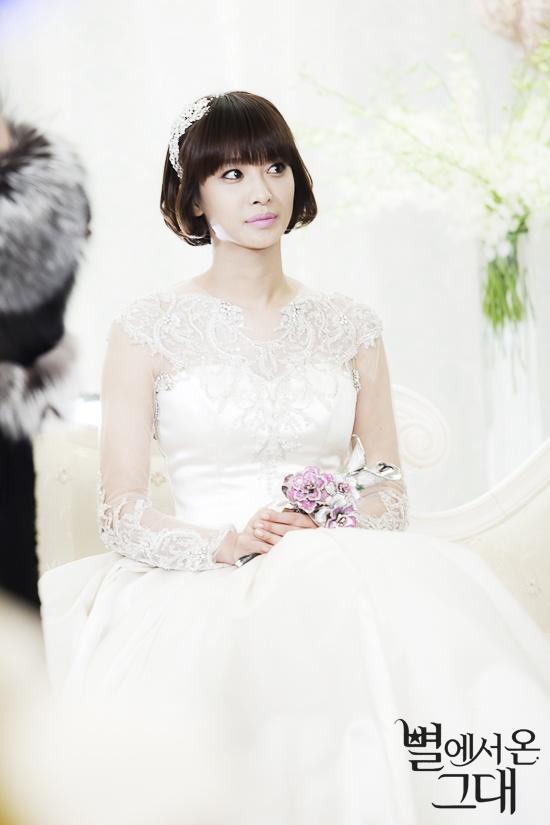 Cựu trưởng nhóm Jewelry, Park Jung Ah cũng xuất hiện xinh đẹp trong chiếc váy cưới lộng lẫy.