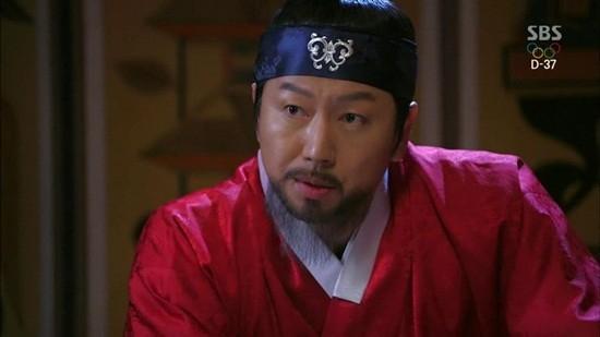 """""""Dì ghẻ"""" Kim Soo Ro của Family Outing cũng góp vui trong vai viên quan phản diện."""