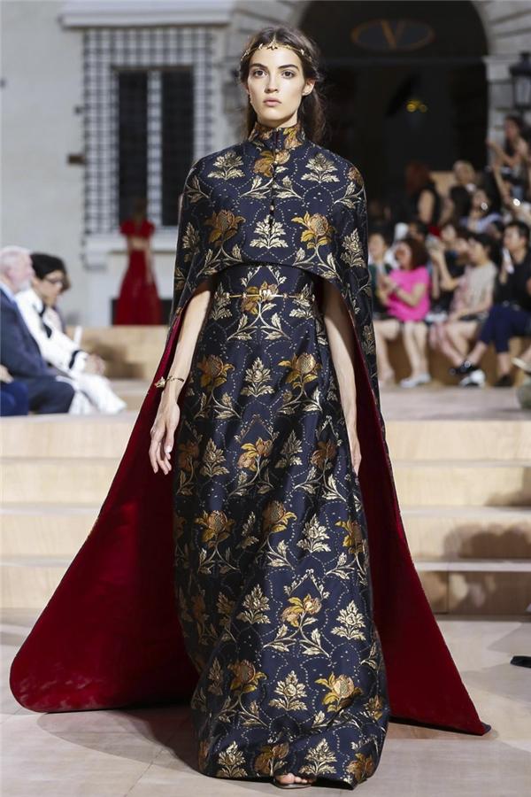 """Tuy nhiên, mới đây, một trong những thiết kế mà nữ ca sĩ diện lại bị phát hiện """"na ná"""" trang phục nằm trong bộ sưu tập thời trang Thu - Đông cao cấp 2015 của nhà mốt Valentino."""