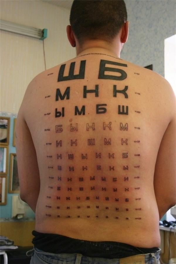 Bảng kiểm tra thị giác cho cả nhà. Chỉ cần trong nhà có ai không đọc được chữ nào đó là biết mắt có vấn đề rồi. Chống chỉ định với trẻ con chưa đủ tuổi đến trường.