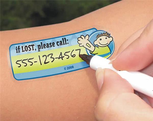 Khi dẫn trẻ ra ngoài chơi, tốt nhất là dán một hình xăm lên người trẻ rồi viết lên đó số điện thoại liên lạc của phụ huynh để phòng ngừa trường hợp xấu có thể xảy ra. Tất nhiên đây chỉ là hình xăm giả rồi.