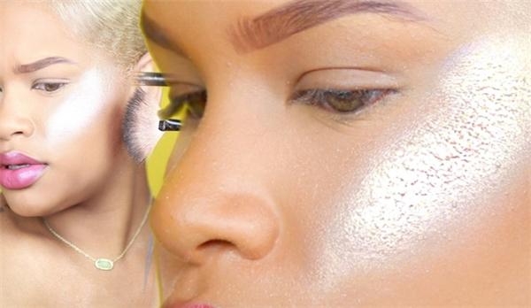 Highlighter sẽ giúp da mặt trông bóng khỏe, mượt mà hơn. Nhưng được trét 100 lớp, chúng trông như vôi quét tường.