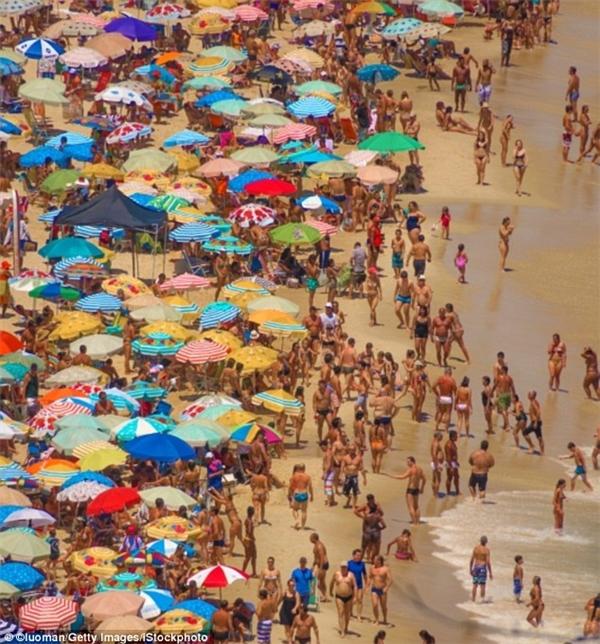 """Biển Ipanemalà thiên đường tuyệt vời nơi bạn có thể vui đùa cùng sóng biển hay tham gia trượt ván, đi dạo dọc bãi biển hoặc chỉ đơn giản là ngồi ngắm """"ông đi qua, bà đi lại"""". (Ảnh: Lonely Planet)"""