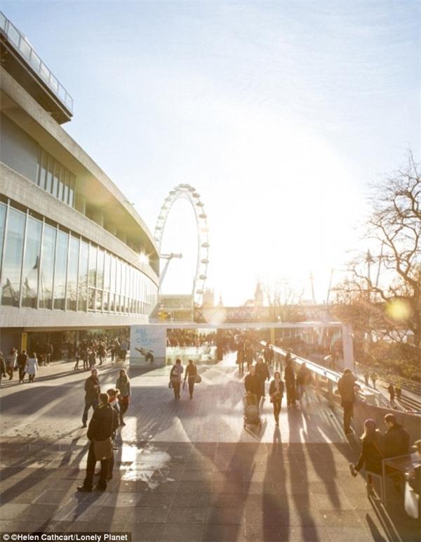 Chuỗi lễ hội thường niên miễn phí này diễn ra ở bờ nam sông Thames, gồm nhiều hoạt động như biểu diễn âm nhạc, nhà hát, chiếu phim và khu vui chơi trẻ em.(Ảnh: Lonely Planet)