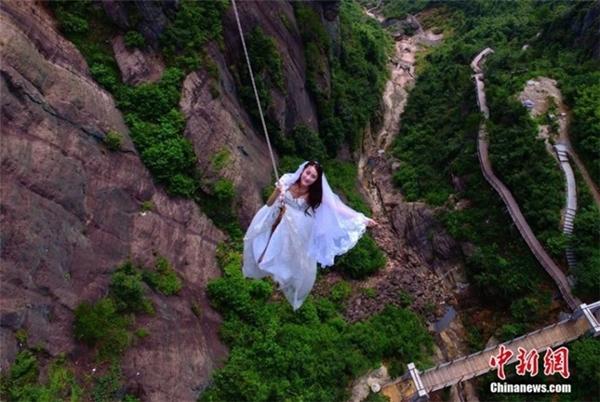 Thót tim cặp đôi tổ chức đám cưới treo lơ lửng giữa trời