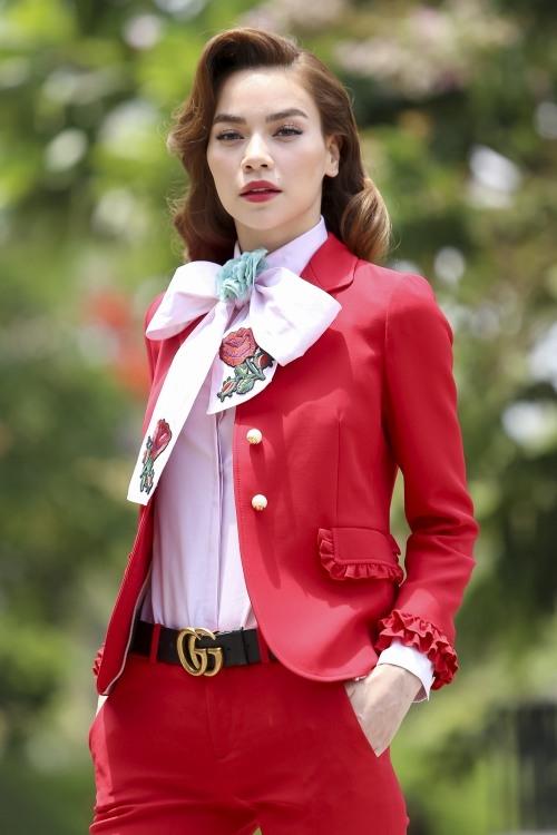Ngay tập đầu tiên, Hồ Ngọc Hà đã gây ấn tượng mạnh khi xuất hiện với bộ suit màu đỏ rực nổi bật của Gucci theo phong cách cổ điển. Đi kèm trang phục là giày cao đồng điệu màu sắc cùng thuộc bộ sưu tập Xuân - Hè 2016 của nhà mốt trứ danh.