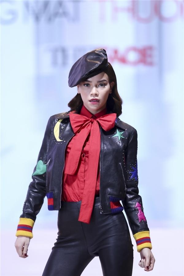 Trên nền sắc đen trầm mặc, nữ ca sĩ trộn phối khéo các thành phần với những màu sắc nổi bật như: vàng, đỏ, xanh… tươi vui, bắt mắt.