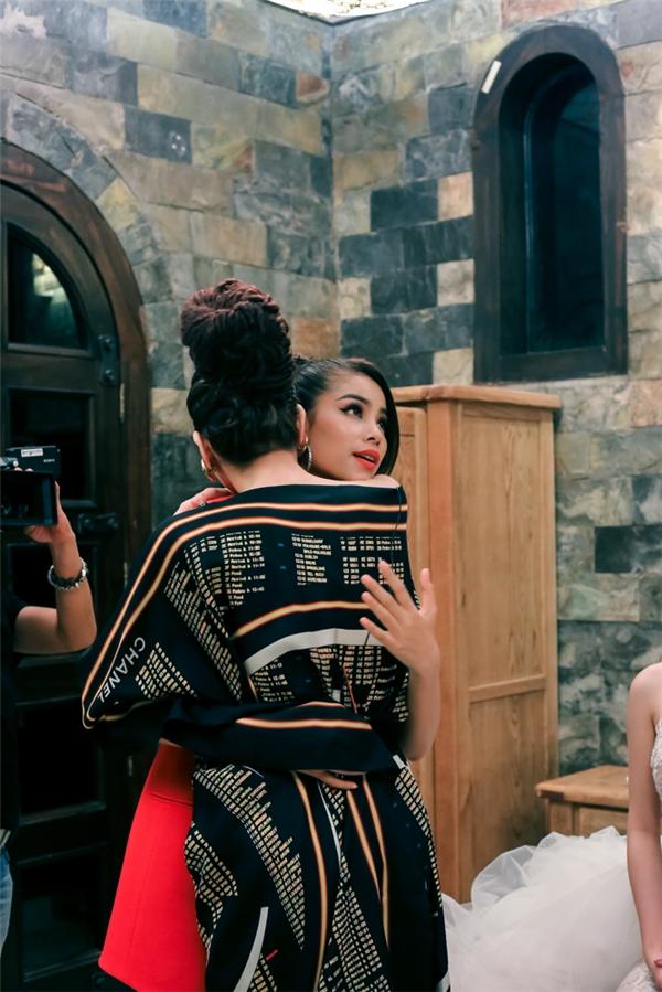 Bộ váy đen phom rộng mà Hồ Ngọc Hà diện ở tập 5 The Face Vietnam 2016 thực sự là một điểm nhấn khiến người xem khó thể quên bởi sự độc đáo, tinh tế và hiếm ai có thể mặc đẹp như nữ ca sĩ.