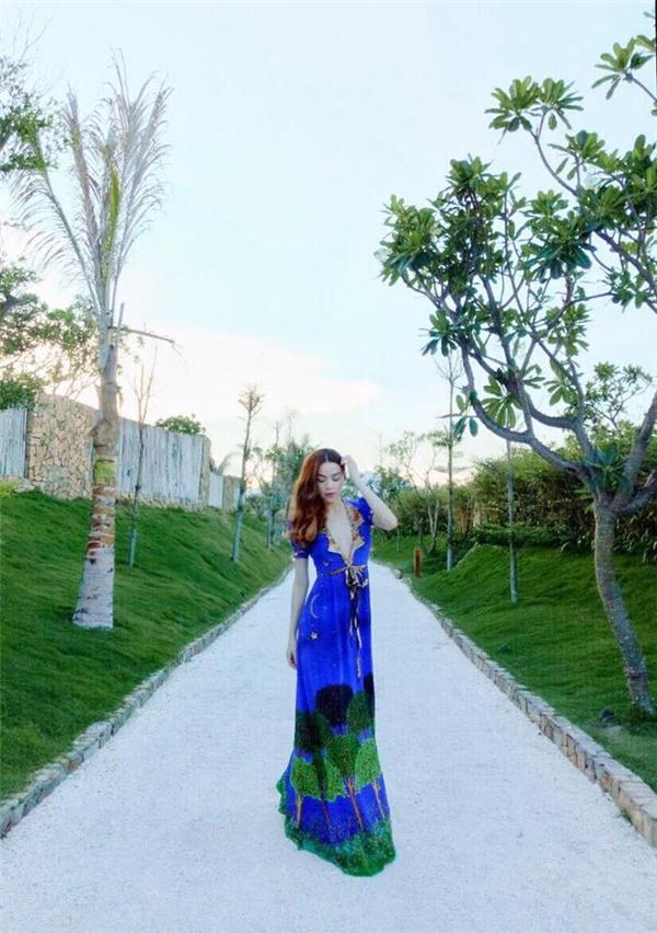 Hồ Ngọc Hà và sắc xanh như hòa quyện vào mây trời, cảnh vật trong thử thách chụp ảnh ở Nha Trang.