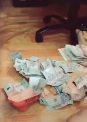 """Chồng tặng vợ heo đất đầy tiền nhân kỉ niệm 1 năm ngày cưới gây """"sốt"""