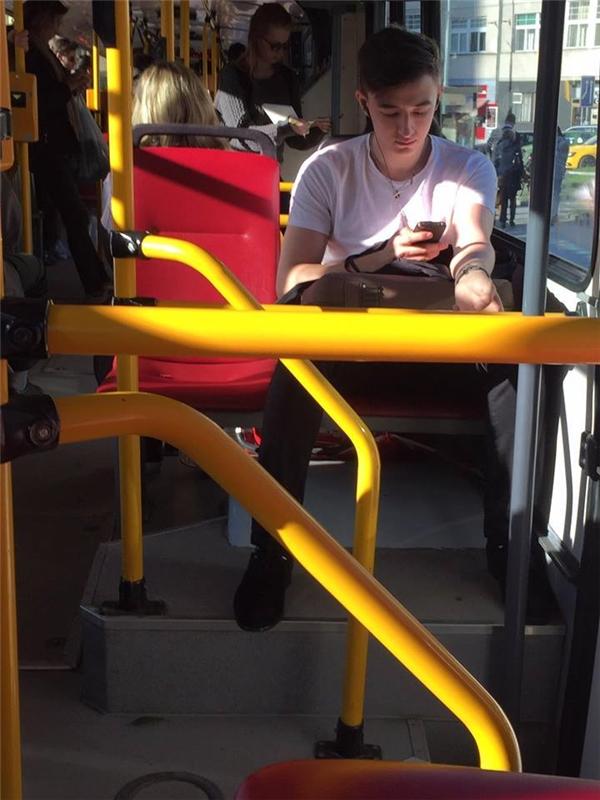 """Tập trung chưa kìa. Trên xe buýt lúc nào cũng là """"địa bàn"""" lí tưởng nhất để bắt gặp những anh chàng đẹp trai."""