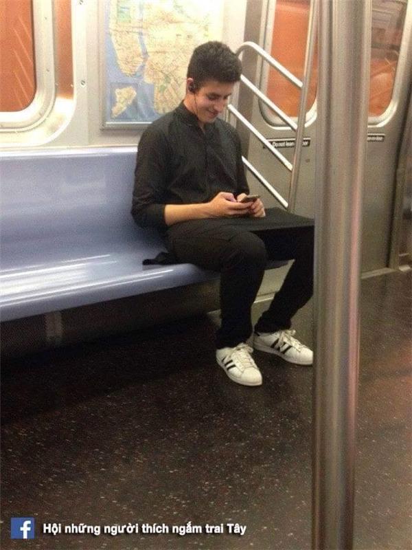 Giá mà người khiến anh ấy cười khúc khích khi nhắn tin là mình nhỉ.