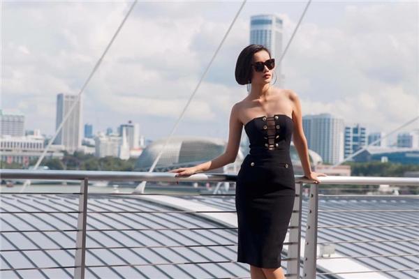 Kim Chi The Face không hềkém cạnh Ngọc Trinh khi cùng diện mẫu váy cúp ngực gợi cảm. Cách phối phụ kiện của 2 người đẹp cũng có nét tương đồng.