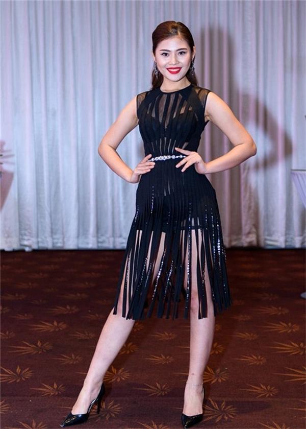 Cơ thể quá đầy đặn của Chúng Huyền Thanh khiến cô trông kém thu hút hơn khi diện lại bộ váy từng xuất hiện với Ngọc Trinh trong một bộ ảnh thời trang.