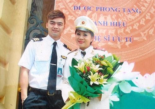 NSƯT Hương Dung luôn sát cánh bên con trai.