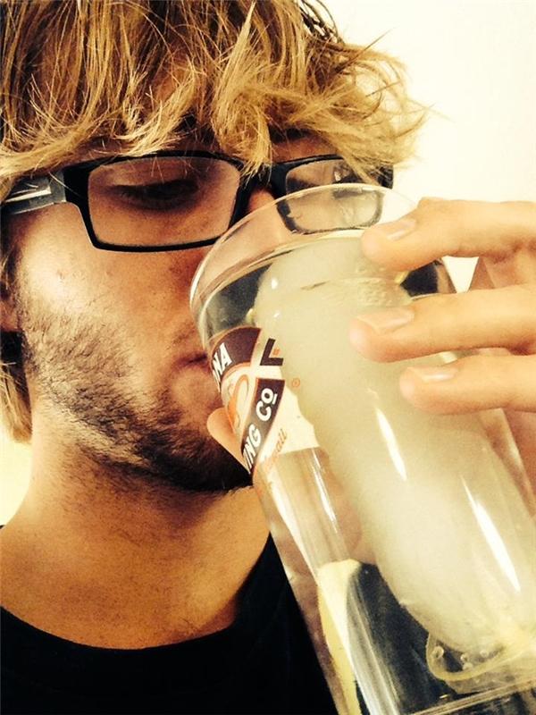 Bạn muốn uống nước đá mà không muốn đá tan vào nước? Hãy cho nó vào một chiếc bao.