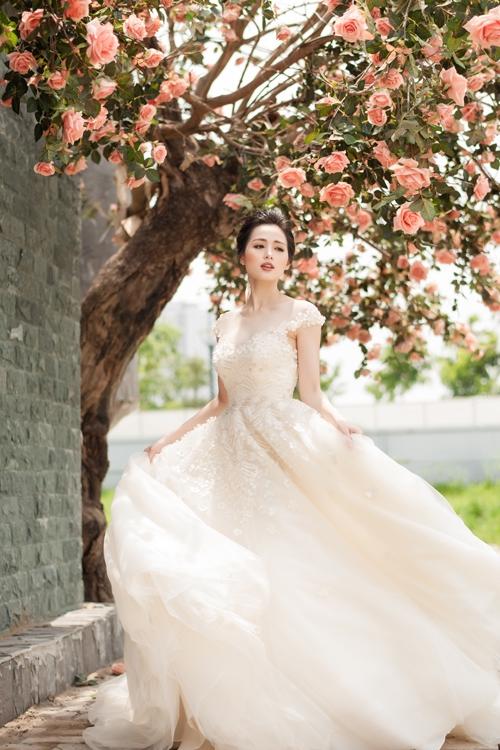 Chất liệu voan lụa mềm mại cùng tông màu pastel nhẹ nhàng giúp Tâm Tít như hóa thân thành thiên thần trong khung cảnh nên thơ, lãng mạn.