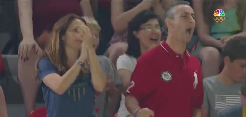 Khoảnh khắc bố mẹ Aly vứt bỏ mọi căng thẳng và đứng lên hò reo ăn mừng chiến thắng của con gái.
