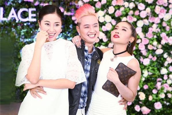 Xuất hiện khá sớm tại buổi họp báo, nam ca sĩ Thanh Duy vui vẻ khi có dịp tái ngộ những người bạn đã đồng hành cùng anh trong Cùng Nhau Tỏa Sáng mùa đầu tiên như diễn viên Khả Như, MC Liêu Hà Trinh.