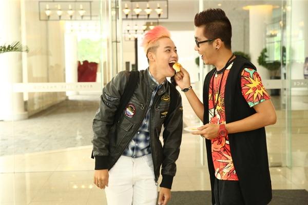 Không chỉ nhận được sự quan tâm từ giới truyền thông, Thanh Duy còn được người đồng nghiệp MCHoàng Rapper ân cần chăm sóc khi anh nàychủ động đút bánh cho Thanh Duy.