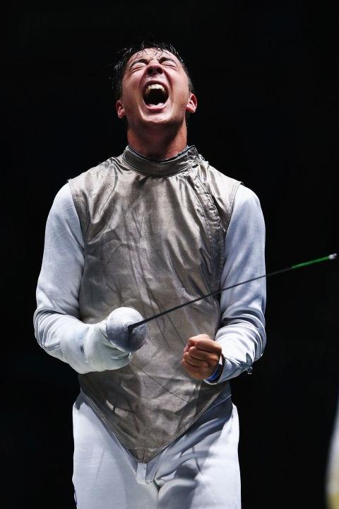 """Ở lần thứ hai tham dự Olympic, tay kiếm 22 tuổi Alexander Massialas đã mang về huy chương bạc sau 32 năm""""khát"""" huy chương của bộ môn liễu kiếm nước Mỹ.(Ảnh: Cosmopolitan)"""