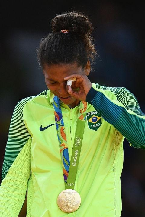 Vận động viên Rafaela Silva mang về chiếc huy chương vàng đầu tiên cho Brazil sau khi đánh bại võ sĩ người Mông Cổ ở bộ môn nhu đạo.(Ảnh: Cosmopolitan)