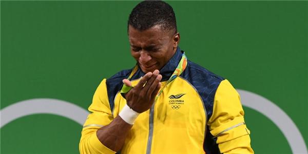Sau khi đạt huy chương vàng bộ môn cử tạ, vận động viên Oscar Albeiro Figueroa Mosquera người Colombia đã cởi giày và tuyên bố giải nghệ.(Ảnh: Cosmopolitan)