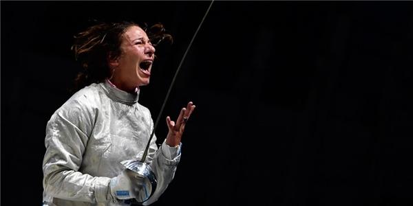 Khoảnh khắc tay kiếm người Ý – Loreta Gulotta đánh bại tay kiếm Kim Ji-Yeon đến từ Hàn Quốc tại vòng 16, nhưng may mắn ấy không theo cô đến vòng tứ kết.(Ảnh: Cosmopolitan)