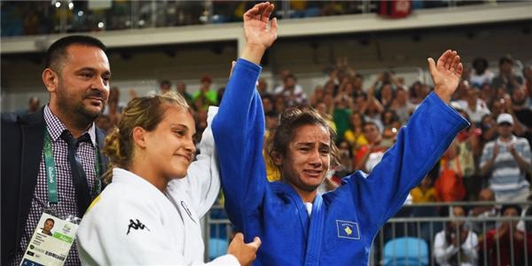 Nữ võ sĩngười Kosovo – Majlinda Kelmendi chiến thắng huy chương vàng đầu tiên.(Ảnh: Cosmopolitan)