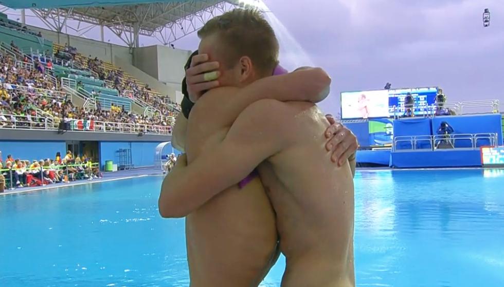 Vận động viên lặn sâu Steele Johnson ôm chầm người đồng đội Tom Daley vì không tin rằng họ đã chiến thắng.(Ảnh: Cosmopolitan)