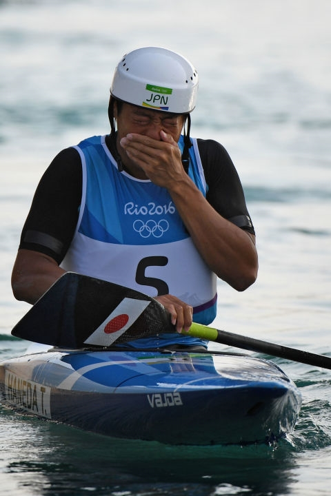 Vinh dự trở thành vận động viên Nhật Bản đầu tiên chiến thắng huy chương Olympic ở bộ môn chèo thuyền, Takuya Haneda xúc động vỡ òa.(Ảnh: Cosmopolitan)