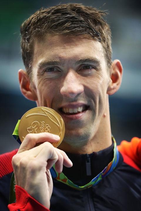Và đây là giọt nước mắt của huyền thoại Michael Phelps khi nhận chiếc huy chương vàng thứ 20 trong sự nghiệp rực rỡ của mình ở bộ môn bơi bướm 200m. (Ảnh: Cosmopolitan)