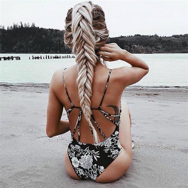 Bím tóc khói trắng trở thànhđiểm nhấn hoàn hảo trên làn da rám nắng của cô gái.
