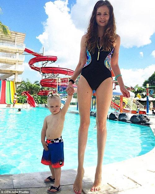 Julia Pudko sở hữu gương mặt đẹp cùng đôi chân dài miên man.