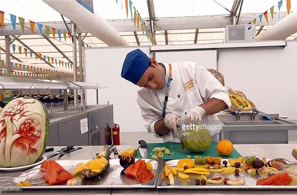 Một nghệ nhân đang cắt trái cây cho món tráng miệng.