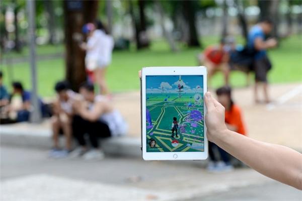 Rất nhiều người chơi Pokémon GO vàocông viên để tìm bắtPokemon. (Ảnh: internet)