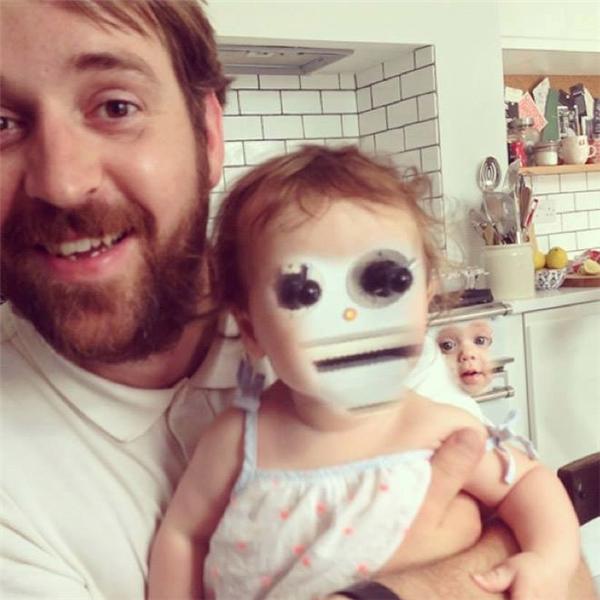 Khuôn mặt em bé thành ra cái nút gì thế này?