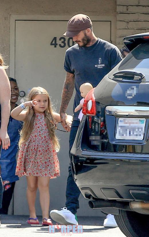 Công chúa Harper nhà Beckham xuất hiện trong trang phục váy hoa đáng yêu kết hợp với dép tông.