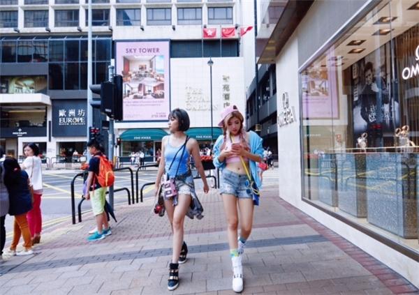 """Mang đậm màu sắc mùa hè, MV Chỉ là khai thác các địa điểm đẹp và nổi tiếng của đất nước Hồng Kông qua chuyến """"đi trốn"""" của Trang Pháp và Băng Di."""