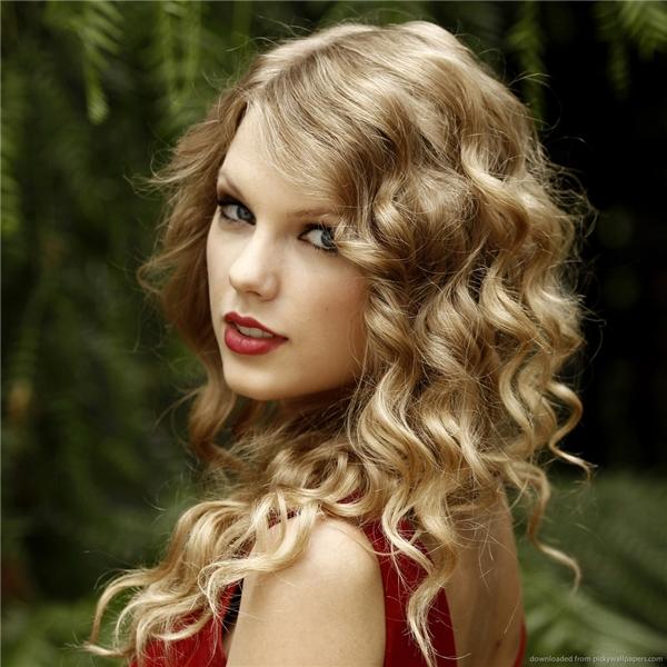 Kiểu tóc xoăn vàng óng đã làm nên tên tuổi của Taylor Swift.